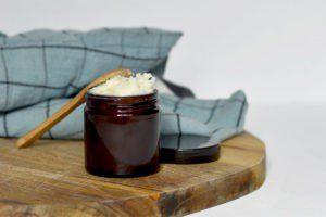 Ceci est une image représentant un pot de déodorant crème fait maison.