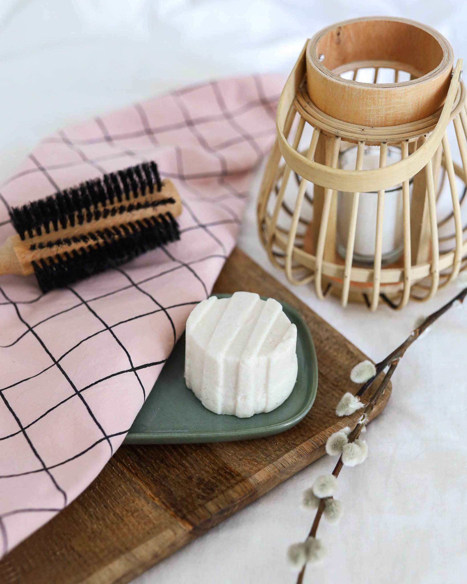 shampoing solide sur un plateau