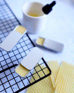 Ceci est une image représentant une recette de baume à lèvre au miel