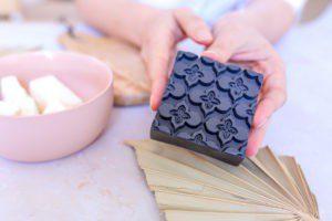 Ceci est une image représentant un savon solide purifiant au charbon