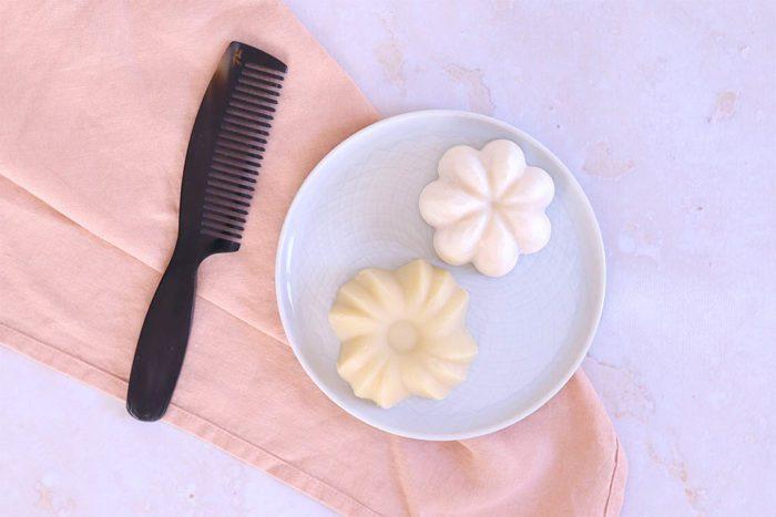 Cosmétiques solides pour les cheveux : Photo d'un shampoing et un après-shampoing solide