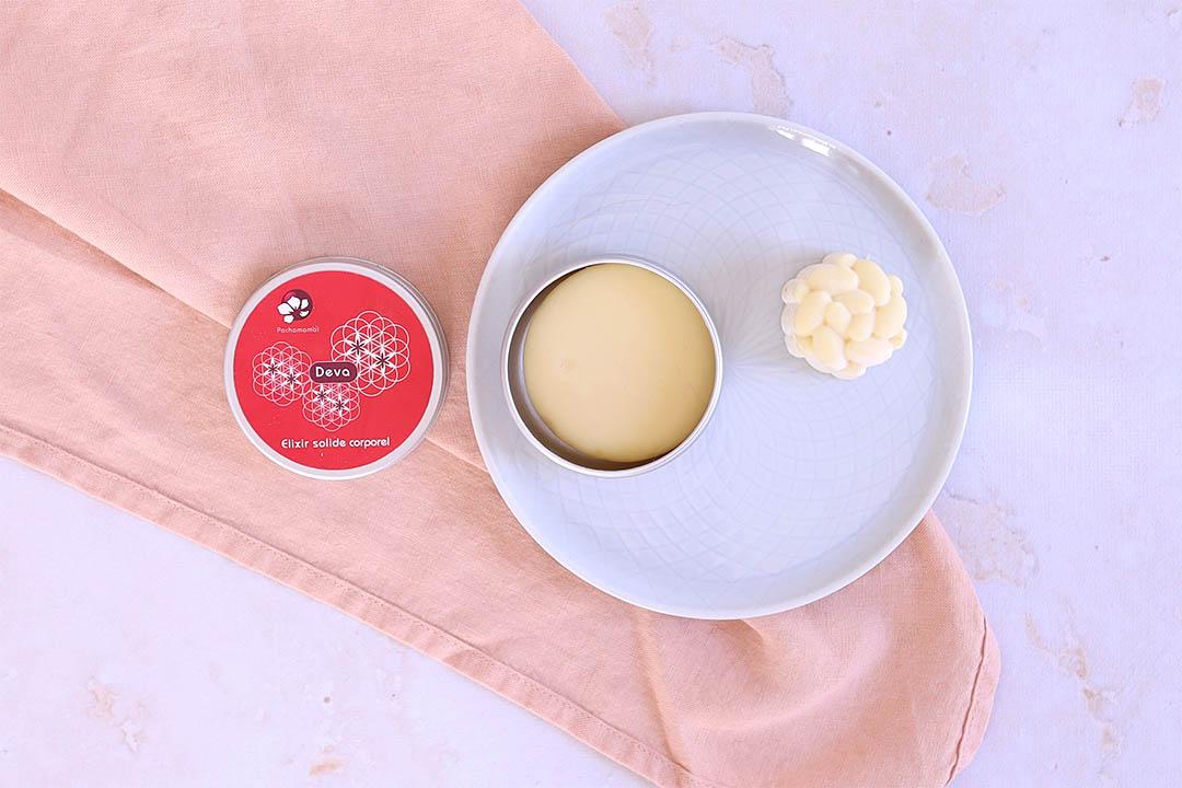 Cosmétiques solides pour le corps :  Photos du baume solide Deva de la marque Pachamamaï et du beurre de cacao solide de la marque Lamazuna disposés sur une assiette
