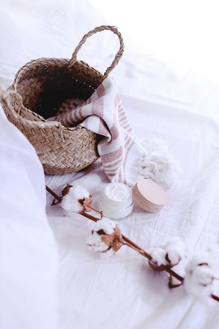 pot de crème visage maison à l'aloe vera posée sur un drap